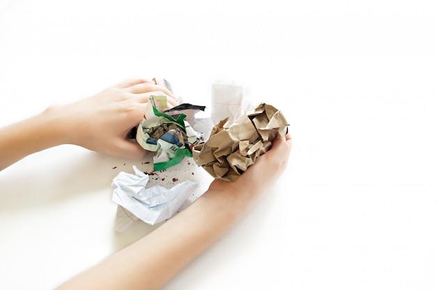 Pile de boules de papier froissé isolé on white