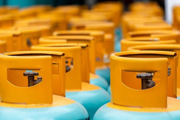 Pile de bouteilles de gaz gpl prête à être vendue