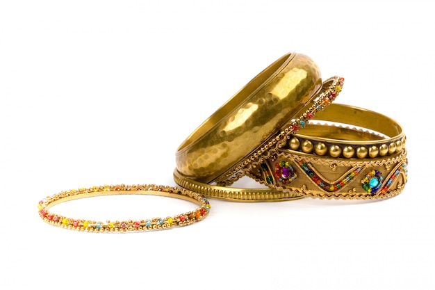 Pile de bracelets dorés isolés sur fond blanc