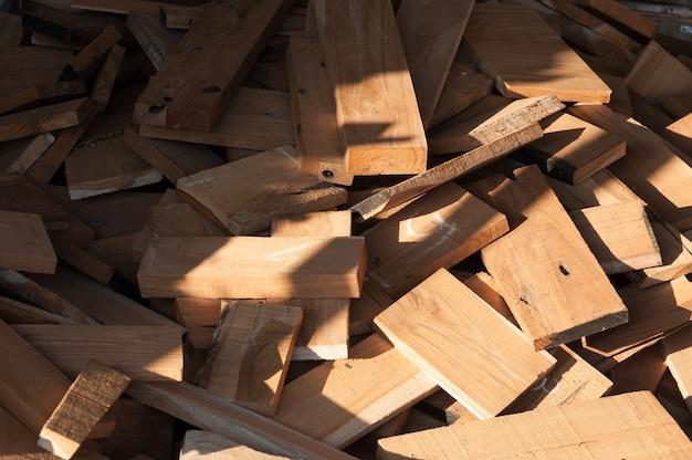 Pile de bûches de bois pour la construction production de meubles, couture de déchets de bois naturel, processus prêt à être recyclé et réutilisé dans une gestion améliorée des déchets dans le cadre d'une approche durable et efficace pour préserver l'environnement
