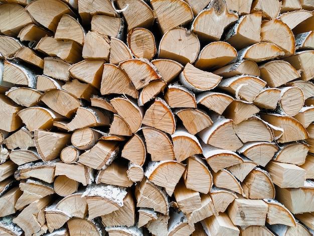 Pile de bûches de bois sciées naturelles empilées