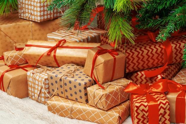 Pile de cadeaux emballés sous un arbre de noël
