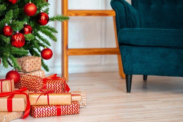 Pile de cadeaux emballés sous l'arbre de noël