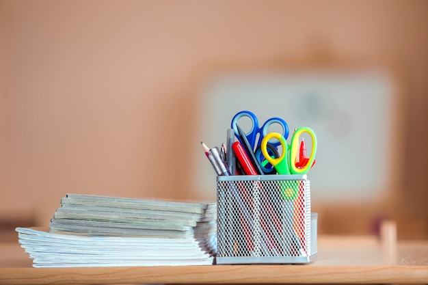 Pile de cahiers et arrangement de papeterie dans la classe ou au bureau sur le fond de l'espace de copie