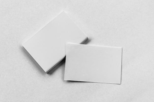 Pile de carte de visite sur fond blanc