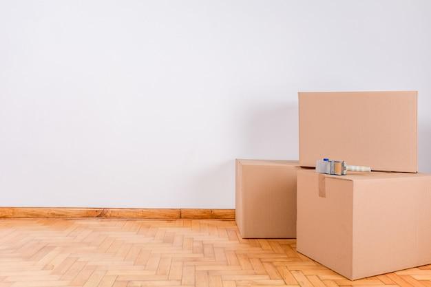 Pile de cartons dans la salle vide