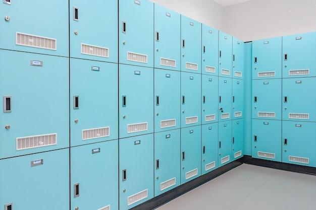 Pile de casiers scolaires en métal vert avec serrures à combinaison et portes fermées