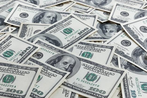 Une pile de cent billets de banque américains avec les portraits du président.