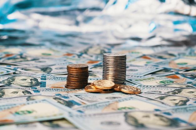 Une pile de cent billets et pièces américains.