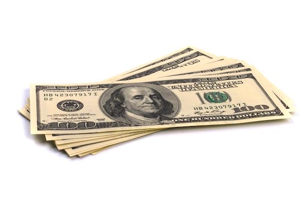 Pile de cent dollars américains sur fond blanc