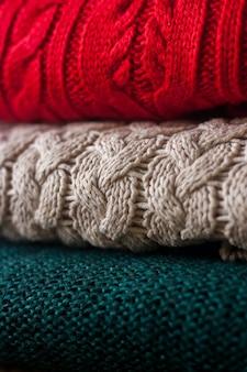 Pile de chandails tricotés chauds se bouchent.