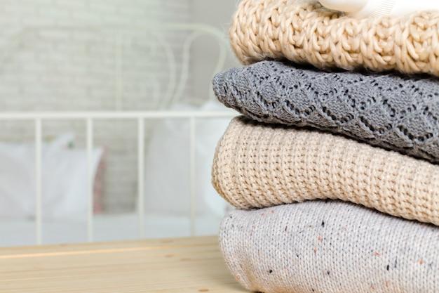 Pile de chandails tricotés confortables blancs