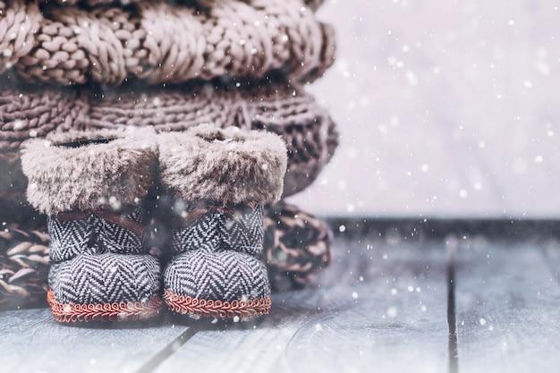 Pile de chandails tricotés confortables sur une table en bois. concept chaleureux