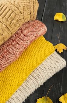 Pile de chandails tricotés confortables