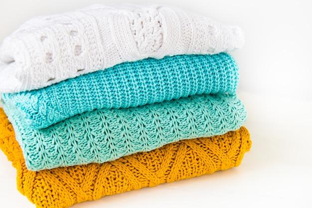 Pile de chandails tricotés en coton