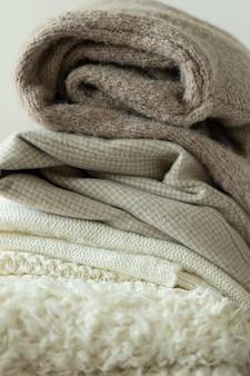Pile de chandails tricotés fond chaud espace tricot pour texte automne hiver concept fond avec ...