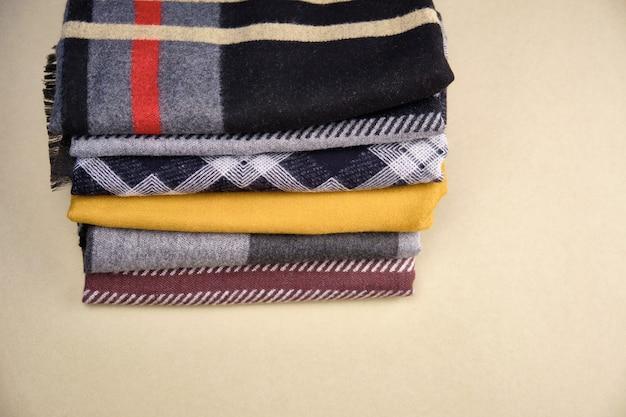 Pile de close-up de tricots chauds. laine tricot texture comme arrière-plan