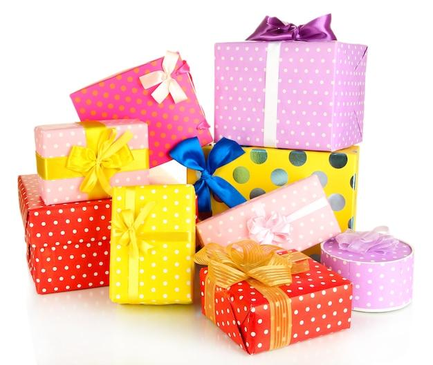 Pile de coffrets cadeaux colorés isolated on white