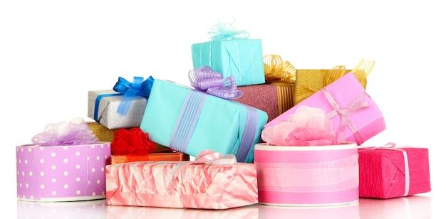 Pile de coffrets cadeaux colorés isolés
