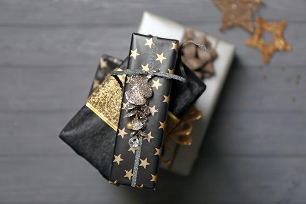Pile de coffrets cadeaux joliment décorés sur table