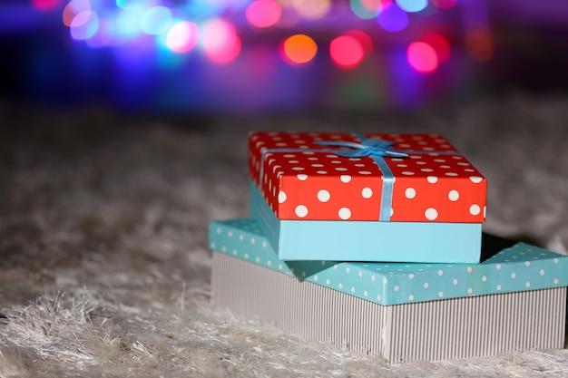 Pile de coffrets cadeaux de noël sur le sol, gros plan
