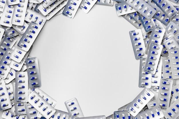 Pile de comprimés capsule bleu et blanc dans des plaquettes alvéolées