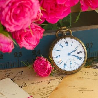 Pile de concept vintage de vieilles lettres avec des fleurs et une horloge antique