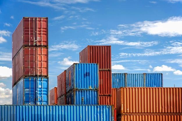 Pile de conteneurs dans une cour intermodale avec un ciel bleu