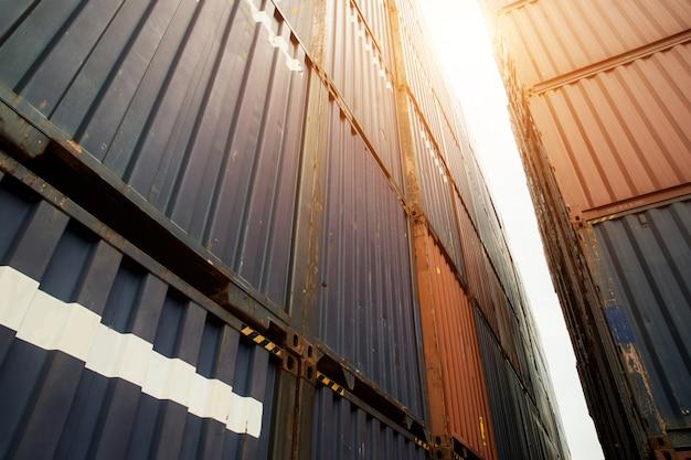 Pile de conteneurs de fret à la zone d'importation et d'exportation au port.