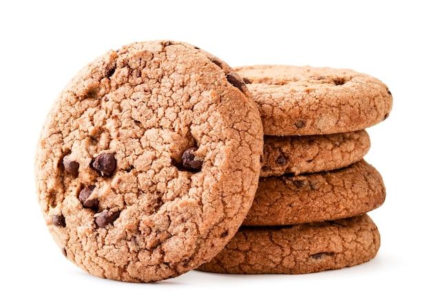 Une pile de cookies aux pépites de chocolat en gros plan sur un fond blanc. isolé