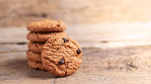 Pile de cookies aux pépites de chocolat sur une table en bois