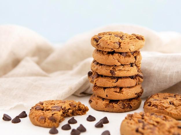 Pile de cookies et cookie mordu