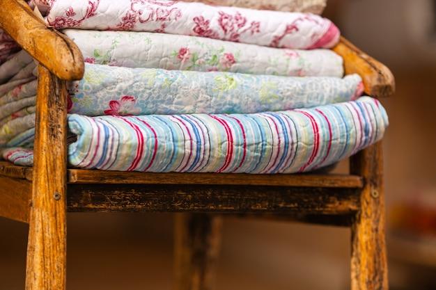 Pile de couvertures faites à la main. prise de vue verticale en extérieur avec mise au point sélective