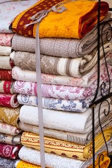 Pile de couvertures à la main