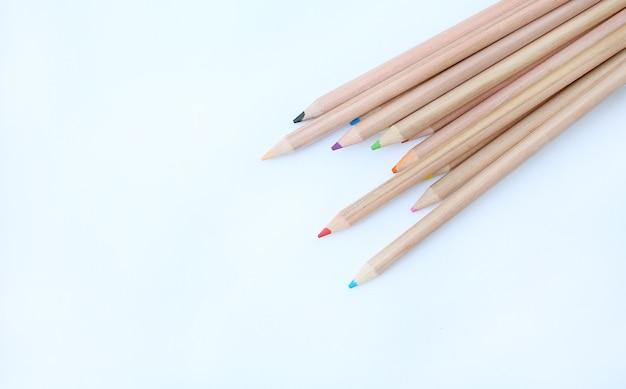 Une pile de crayons de couleur sur fond blanc