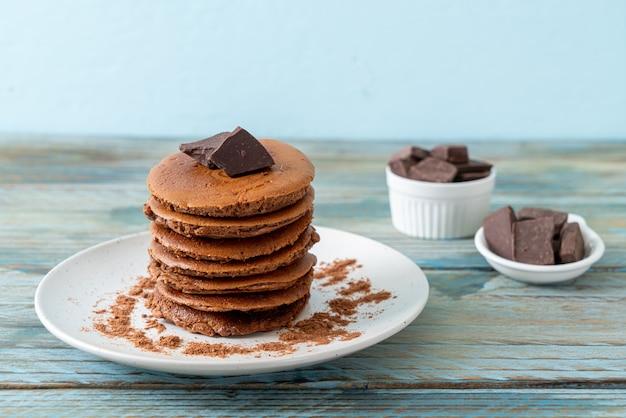 Pile de crêpes au chocolat avec du chocolat en poudre