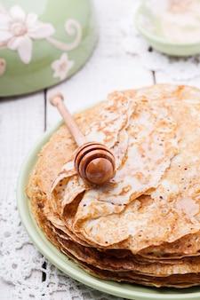Pile de crêpes au miel et beurre
