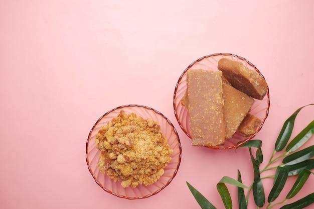Pile de cube de sucre de canne traditionnel jaggery sur rose