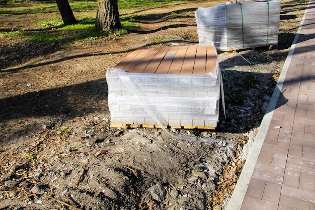 La pile des dalles de chaussée est prête à être utilisée sur le chantier de construction