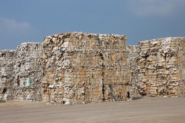 Pile de déchets de papier avant déchiquetage à l'usine de recyclage