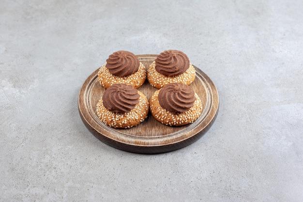 Pile décorative de cookies sur une planche de bois sur une surface en marbre
