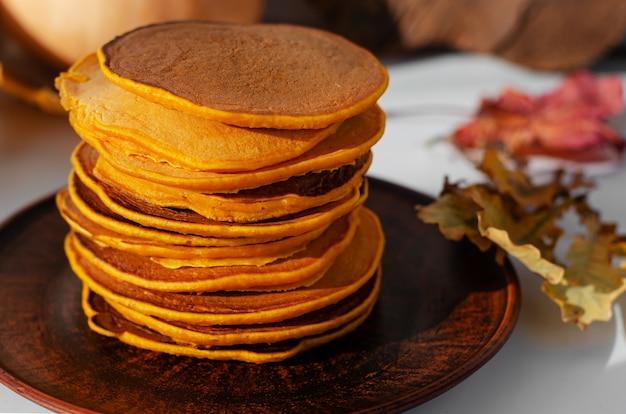Pile de délicieuses crêpes sur une plaque brune