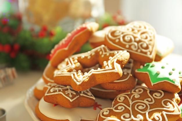 Pile de délicieux biscuits au pain d'épice sur fond flou, vue rapprochée