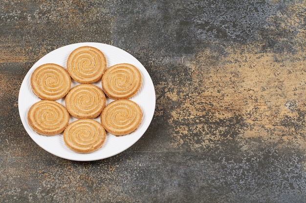 Pile de délicieux biscuits sur plaque blanche.