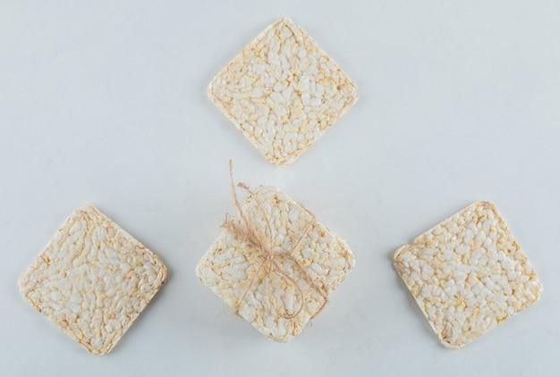 Pile de délicieux pain croustillant aéré sur blanc.