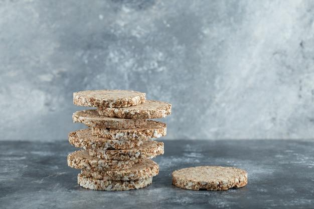 Pile de délicieux pain croustillant sur une surface en marbre
