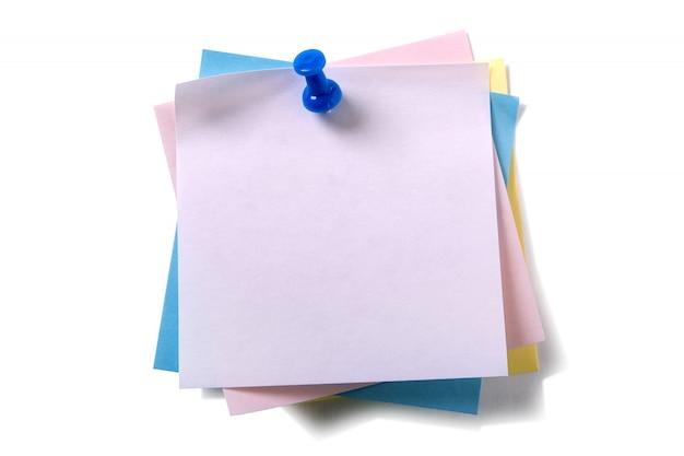 Pile désordonné tas notes de post-it diverses couleurs avec punaise isolé sur blanc