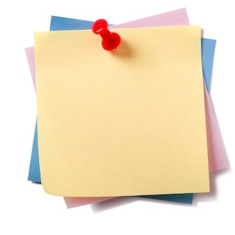 Pile désordonnée diverses couleurs différentes post collant notes épinglées isolé sur blanc