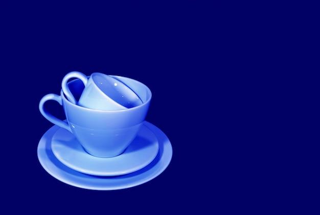 Pile de deux tailles différentes d'ensembles de tasses à café bleu clair sur fond bleu profond