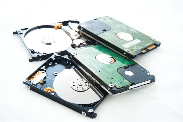 Pile de disques durs isolé en blanc